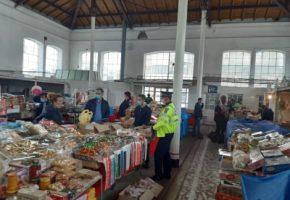 Dezmat la Popota Politiei: 2 Tone de mancare de origine necunoscuta in camara bucatarului dupa o razie in piata!