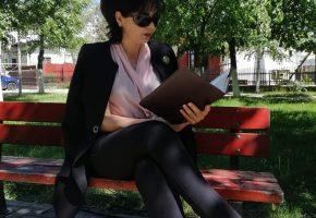 Incredibil!!!!! Doina a sarbatorit ziua iubitorilor de carti citind in parc pe o banca un dosar! A facut si o postare agramata cu ocazia asta!